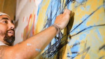 Sus obras de arte están enraizadas en sus experiencias como inmigrante