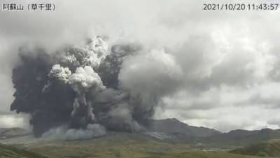 Mount Aso volcano: Stunning photos capture eruption in Japan